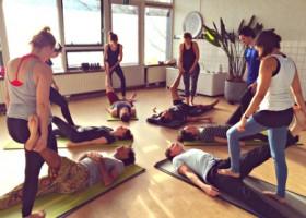 yogastudio louzen malou zuur rotterdam centrum yogales grond yogamatten mensen helpen elkaar Wereld van Yoga
