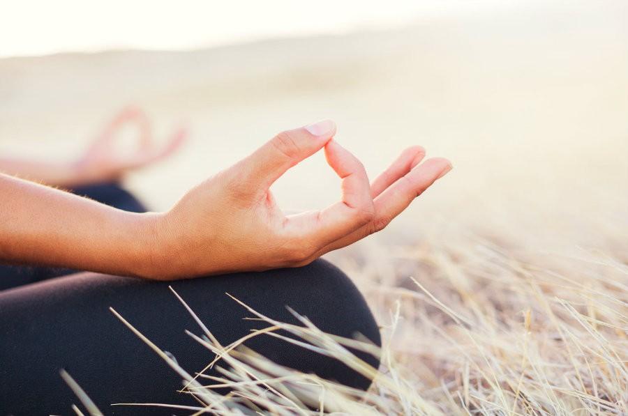 hoe ondersteunt yoga bij kanker vrouw mediteert Hoe ondersteunt yoga bij kanker? - Wereld van Yoga