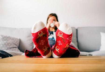 yoga bij koude voeten sokken op bank