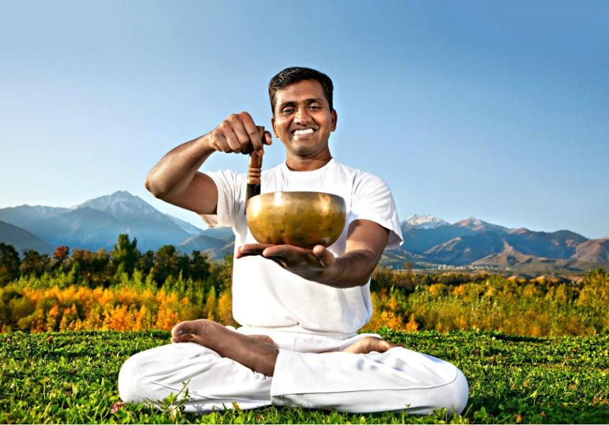 Hoe werkt yoga met klankschalen extra ontspannen man doet yogahouding Hoe werkt yoga met klankschalen? - Wereld van Yoga