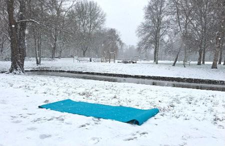 yoga in de sneeuw yogamat in besneeuwd bos