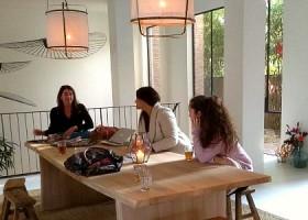 yoga studio delight yoga den haag statenkwartier mensen zitten aan tafel Wereld van Yoga