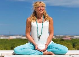 yoga studio dolfijn wellness amsterdam zuid blonde vrouw in yogahouding Wereld van Yoga