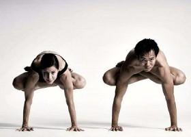 yoga studio bikram yoga amsterdam centrum man en vrouw kraanvogel yogaoefening Wereld van Yoga