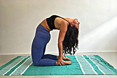 5 yoga oefeningen als je koud hebt kameel
