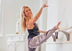 yogastudio yogadreams zaandam vrouw doet yoga aan barre Wereld van Yoga