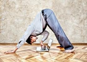 yoga-voor-mannen-wereld-van-yoga-zakenman-doet-yogahouding-en typt-op-laptop Yoga voor mannen: niet voor watjes - Wereld van Yoga