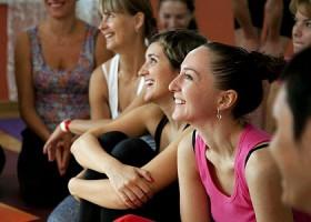 yoga studio critical alignment yoga amsterdam oost wittenburg lachende vrouwen in yogakleding Wereld van Yoga