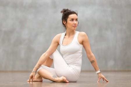 Twistende yogaoefeningen zittende twist
