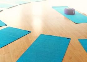 Blije-Boeddha-Yoga-Rotterdam-Wereld-van-Yoga-yogaruimte-met-blauwe-matjes-op-de-grond Wereld van Yoga