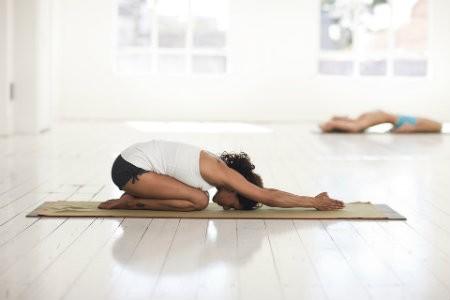 10 redenen waarom yoga gezond is vrouw doet kindhouding