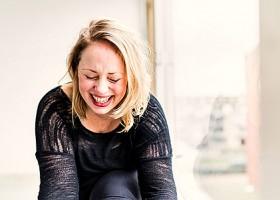 Wereld-van-Yoga-4-Marijke-van-der-Graaf-Kingfisher-Yoga-Rotterdam-lachende-blonde-vrouw Wereld van Yoga
