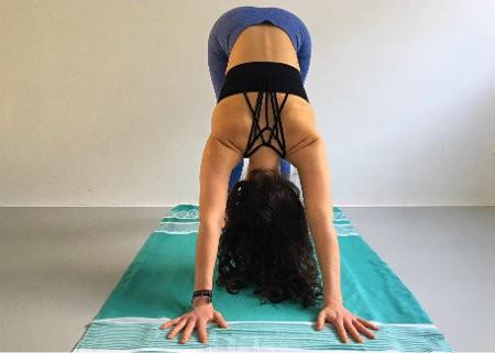 neerkijkende hond yoga downward facing dog vrouw doet yogahouding