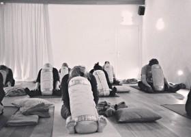 yogastudio hoog droog harlingen mensen doen yoga met kussen Wereld van Yoga