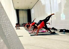 yoga studio yogaground rotterdam centrum mensen doen yogales Wereld van Yoga