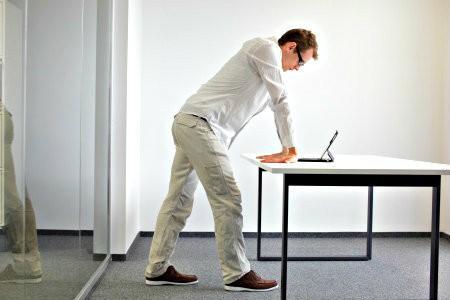 bedrijfsyoga werk minder stress handen polsen bij bureau