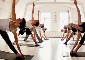 yoga studio delight yoga amsterdam centrum mensen doen driehoek yogahouding Wereld van Yoga