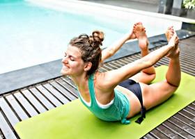 hoe doe je yogahouding de boog dhanurasana vrouw doet yoga Hoe doe je de Boog (Dhanurasana)? - Wereld van Yoga