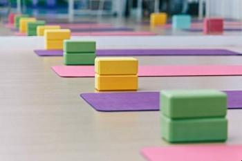overzicht yoga kleding matten yogablokken