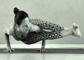 yoga studio elvi den haag archipelbuurt vrouw doet zijwaartse yogahouding Wereld van Yoga