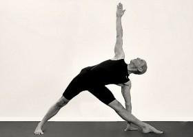 Iyengar-Yoga-Den-Haag-Benoordenhout-Wereld-van-Yoga-Man-doet-zijwaartse-yogahouding Wereld van Yoga
