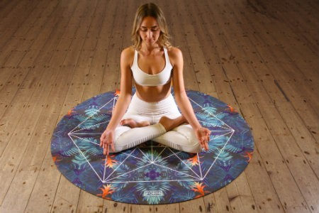 verschil yoga mindfulness vrouw zit op yogamat