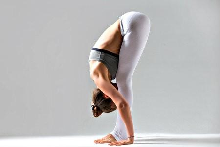 yoga op het werk minder stress vooroverbuigen