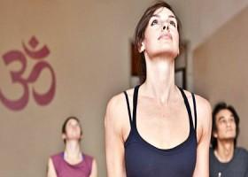 yoga studio thrive yoga amsterdam oost ijburg vrouw kijkt omhoog yogaoefening Wereld van Yoga