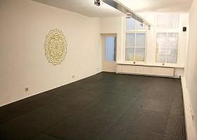Yoga-Point-Utrecht-Oudegracht-witte-yogaruimte-met-zwarte-vloer-en-witte-ramen Wereld van Yoga