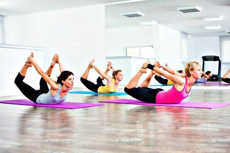 bikram yoga wat is het vrouwen doen liggende yogaoefeningen