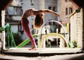 yoga studio saktiisha den haag centrum vrouw doet achteroverbuiging yoga oefening Wereld van Yoga