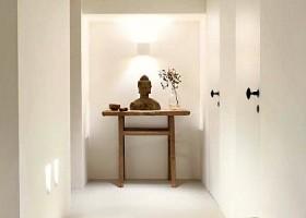 yoga studio delight yoga den haag statenkwartier boeddha beeld op kastje in hal Wereld van Yoga
