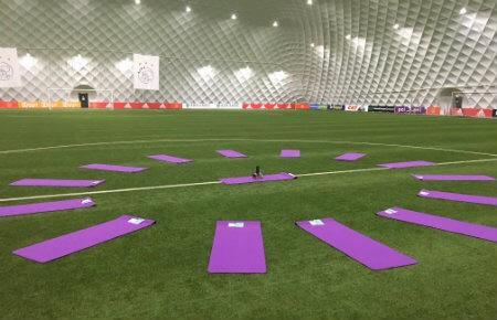 yoga zakelijk event middenstip voetbalveld