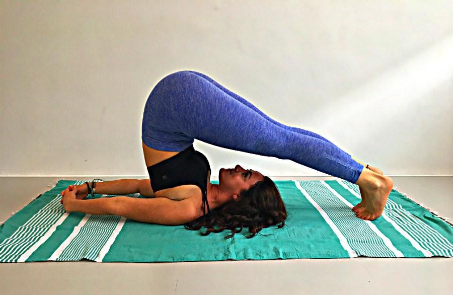 Ploeg houding yoga Halasana hoe doe je die De Ploeg (Halasana) in yoga: hoe doe je die? - Wereld van Yoga