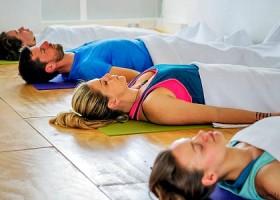 yoga maya yogastudio rotterdam noord mensen liggen op yogamat Wereld van Yoga