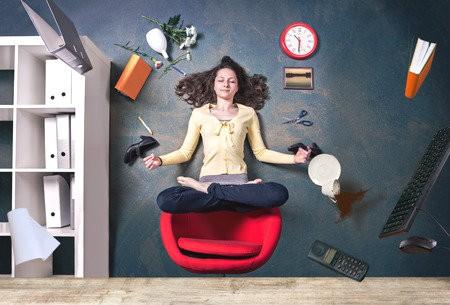 minder werk stress bedrijfsyoga vrouw heeft stress