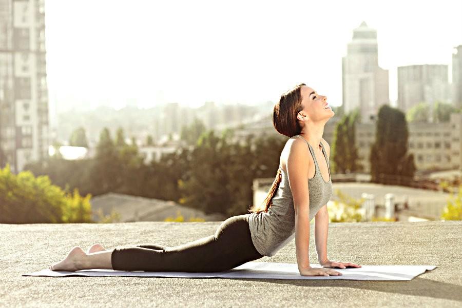 yin yoga rotterdam beste adressen vrouw doet yoga in stad Yin Yoga in Rotterdam: tips voor goede yogastudio's - Wereld van Yoga