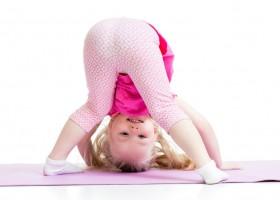 wat is kinderyoga meisje doet yoga ondersteboven Wat is Kinderyoga? - Wereld van Yoga
