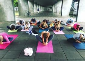 yogastudio louzen malou zuur rotterdam centrum yogales betonnen vloer met yogamatten Wereld van Yoga