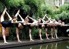yoga studio bikram yoga amsterdam centrum zeven mensen doen vooroverbuigende yogahouding Wereld van Yoga