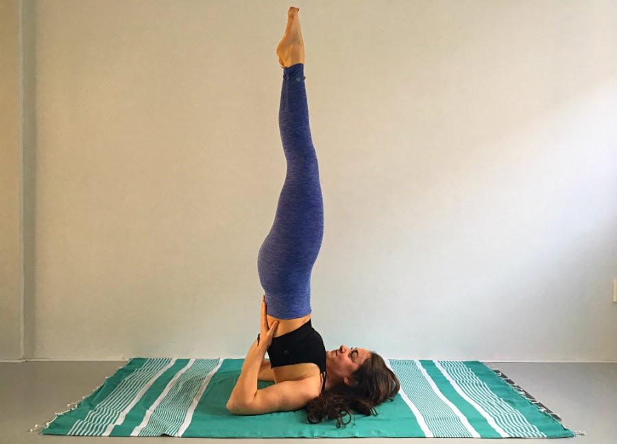 De kaars schouderstand sarvangasana in yoga De kaars of schouderstand (Sarvangasana) in yoga - Wereld van Yoga