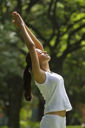 stijfheid tijdens auto vliegtuig reis voorkomen achteroverbuigen yoga
