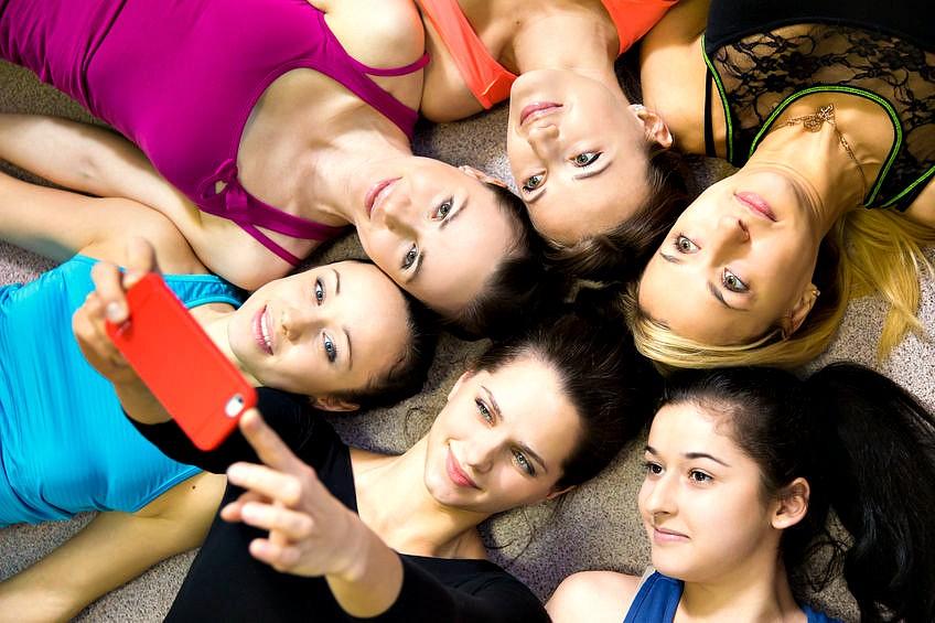 Wereld-van-Yoga-meditatie-mindfulness-voor-pubers-met-je-smartphone-vijf-meisjes-liggen-op-de-grond Meditatie en mindfulness voor pubers: voor betere concentratie - Wereld van Yoga