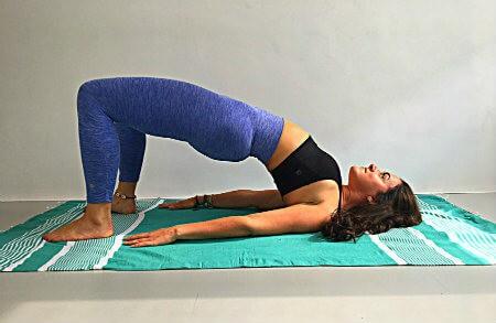 5 yoga oefeningen als je koud hebt brughouding