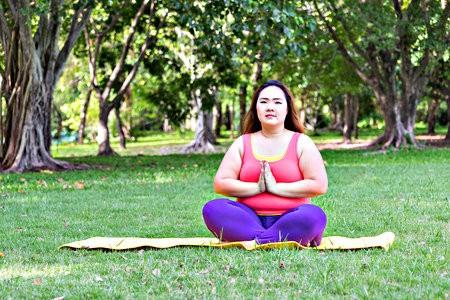 big yoga aanrader mensen overgewicht accepteren lichaam yoga doen