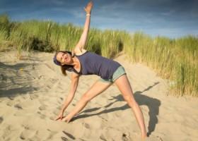 Justflowyoga-rotterdam-vrouw-doet-yoga-op-strand Wereld van Yoga