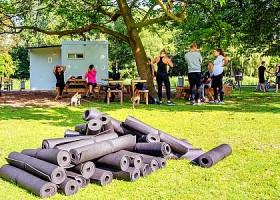 yoga studio yogaground rotterdam centrum yogamatten in gras buiten yoga Wereld van Yoga