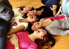 Yoga-Spot-Amsterdam-vijf-vrouwen-liggen-lachend-op-een-houten-vloer Wereld van Yoga