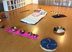 yoga studio yogaletta aalsmeer yogazaal klankschaal kussen Wereld van Yoga