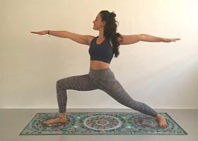 De krijger 2 virabhadrasana vrouw doet yoga De Krijger 2 (Virabhadrasana) in yoga - Wereld van Yoga